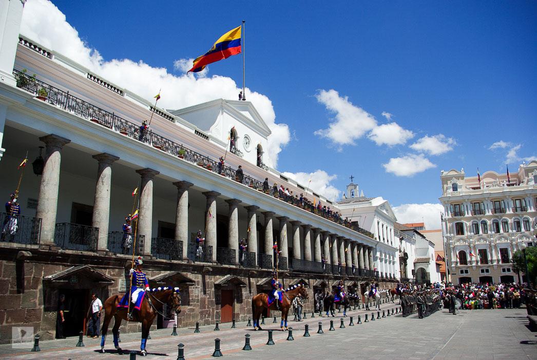 Ecuador Galapagos Rundreise – Kathedrale und Präsidentenpalast am Plaza de la Independencia