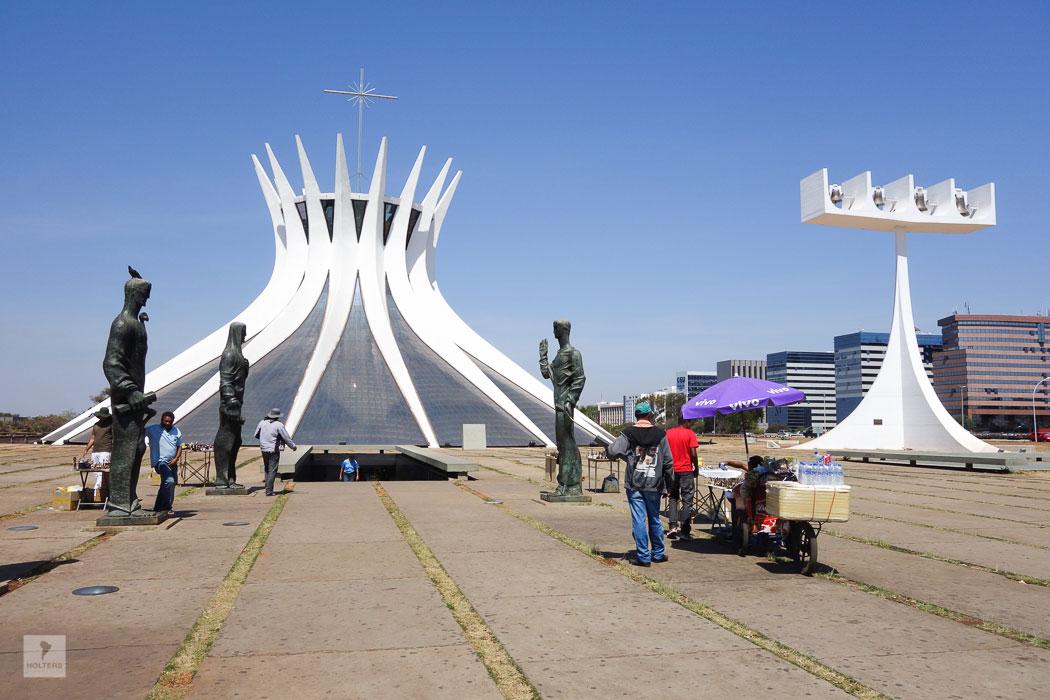 """Catedral Metropolitana - vor dem Eingang stehen die vier Evangelisten. Oscar Niemeyer: """"Ich wollte nicht eine Kathedrale wie die anderen, die düsteren, die gleich an die Sünde erinnern."""