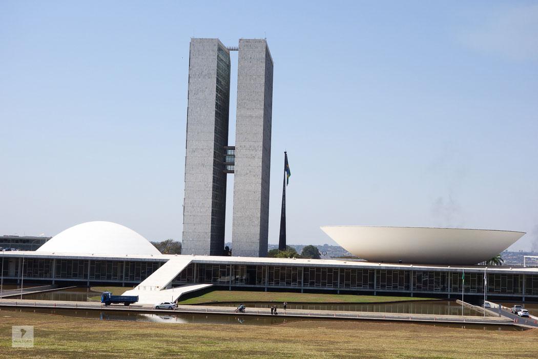 Nationalkongreß mit Senat (links) und dem Abgeordneten- haus (rechts) sowie den Türmen für Verwaltung und Büros erbaut von Oscar Niemeyer